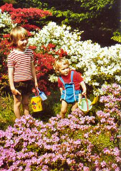 Picture of two children in the Rhododendronpark in Bremen